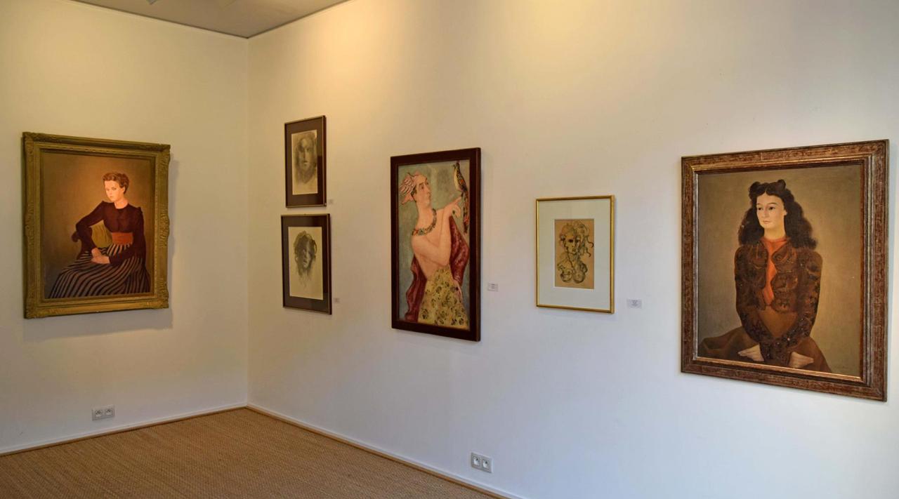 Installation view of 'Cherchez la Femme: Portraits réels et imaginaires' at Galerie Minsky