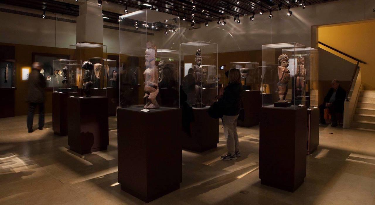 Installation view of 'Chefs-d'oeuvre de l'Afrique' (photo by Aurélie Leveau © Archives Musée Dapper)