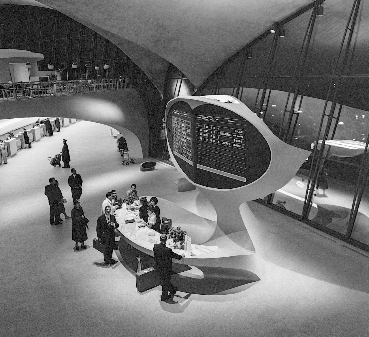 Arrivals and departures board with information desk in the TWA Flight Center (1962) (© Library of Congress, Prints & Photographs Division, Balthazar Korab Archive at the Library of Congress)
