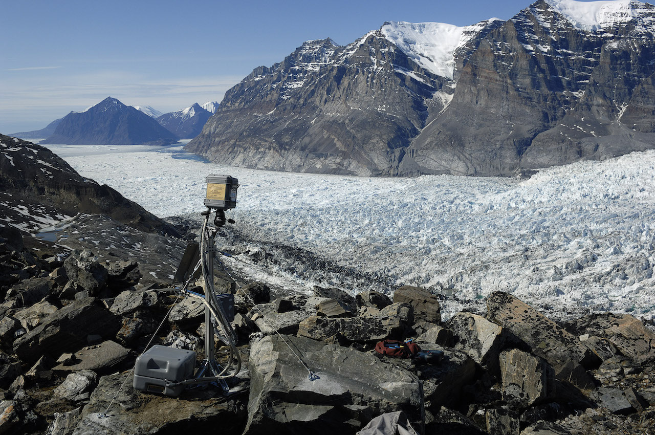 """James Balog, """"Extreme Ice Survey,"""" Umiamako Glacier, Greenland (2007) (courtesy apexart)"""