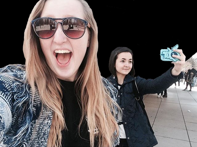 """Visitors take selfies in front of Anish Kapoor's """"Cloud Gate"""" (photo by @iannahlouisehimel/Instagram)"""