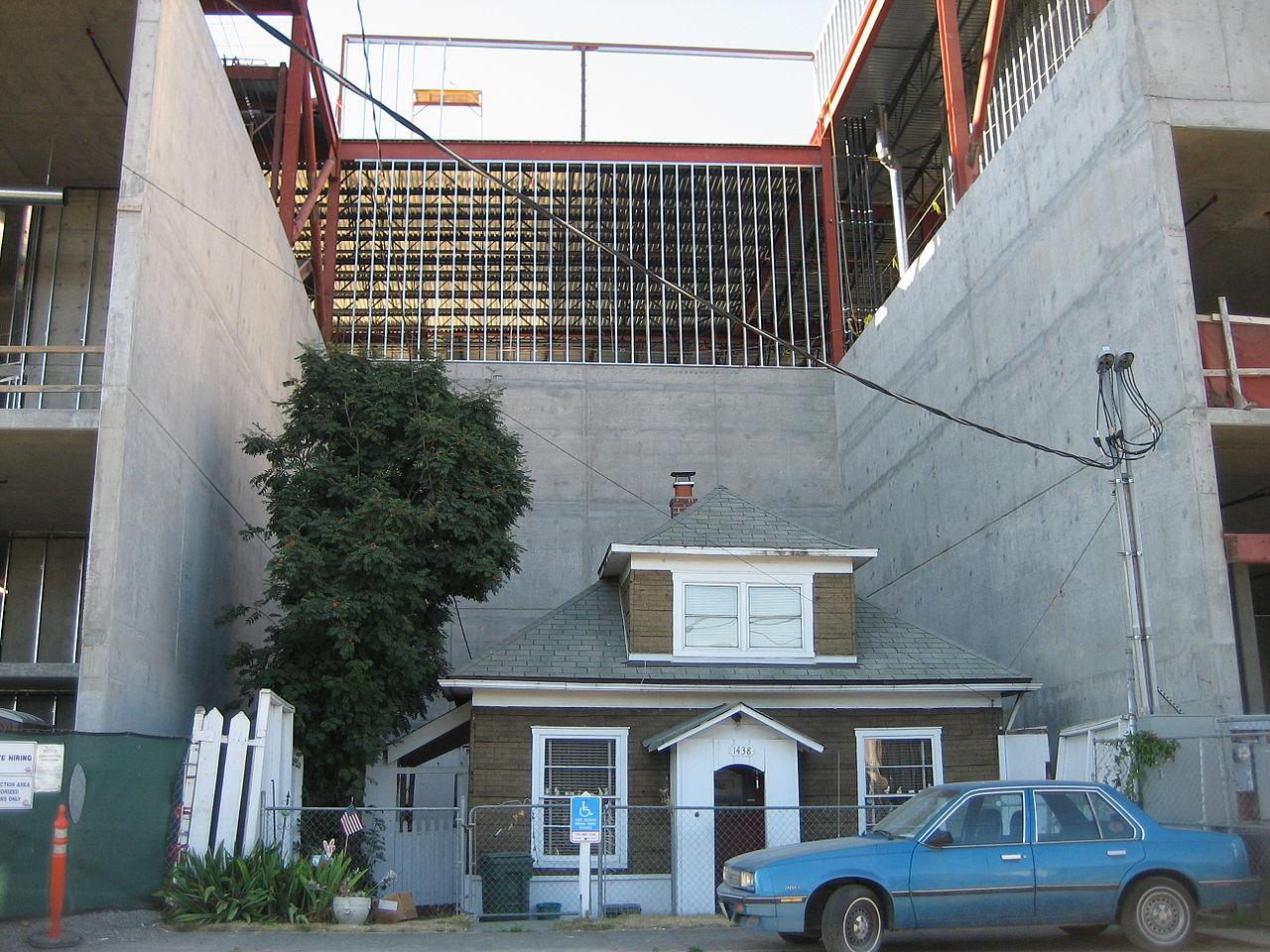 Edith Macefield's house in Seattle in 2008 (photo by Ben Tesch/Wikimedia)