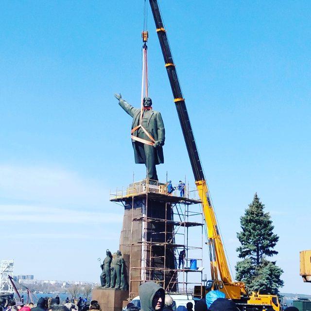 Ukraine's largest statue of Lenin comes down (photo via @mellory_zp/Instagram)