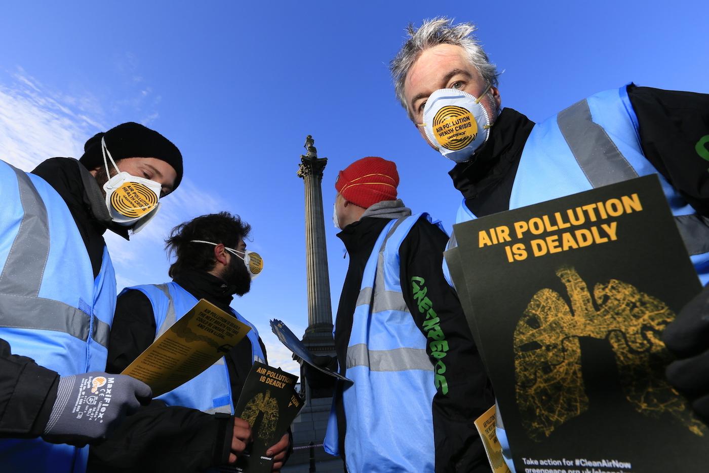 Greenpeace activists distribute leaflets during their protest (photo © Jiri Rezac / Greenpeace)