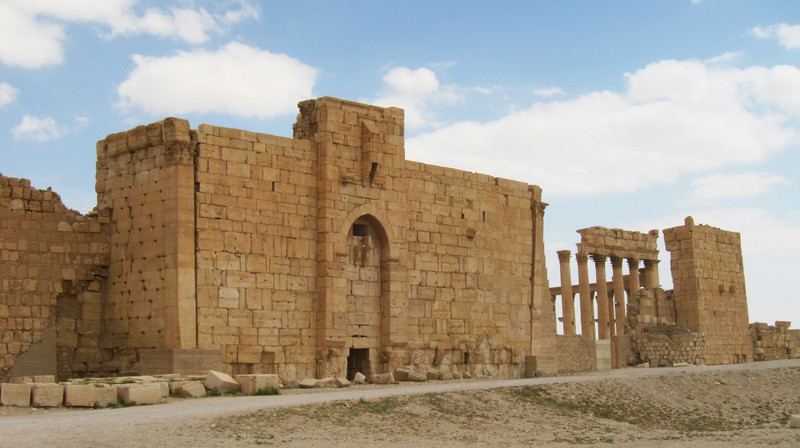 Medieval fortifications of the enclosure alongside the Roman-era portico (photo by Sean Leatherbury/Manar al-Athar)