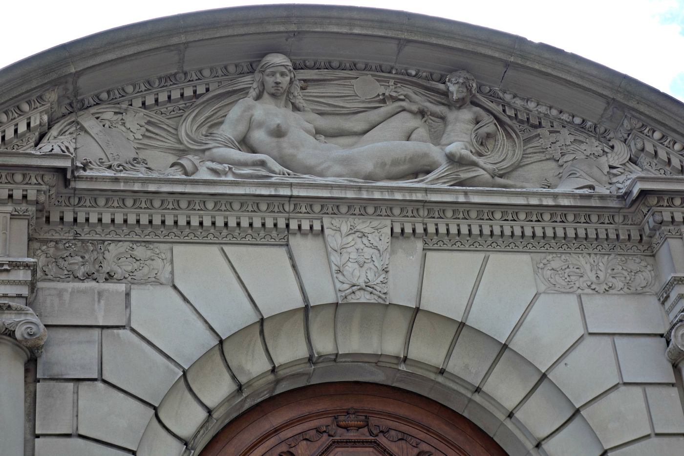 Audrey Munson sculpted by Sherry Edmundson Fry on the pediment of the Frick Collection (photo by the author for Hyperallergic)