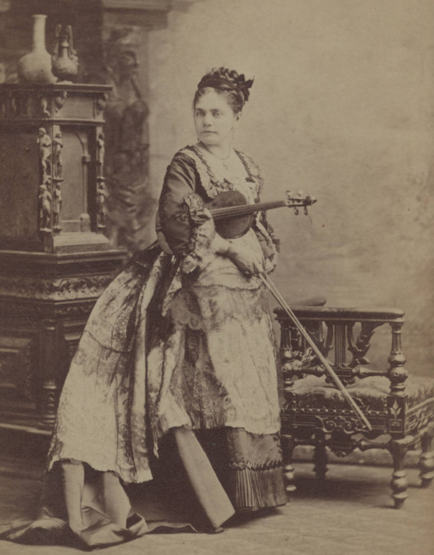 Cabinet photograph of violinist Camilla Urso (19th century) (via University of South Carolina. Irvin Department of Rare Books and Special Collections)