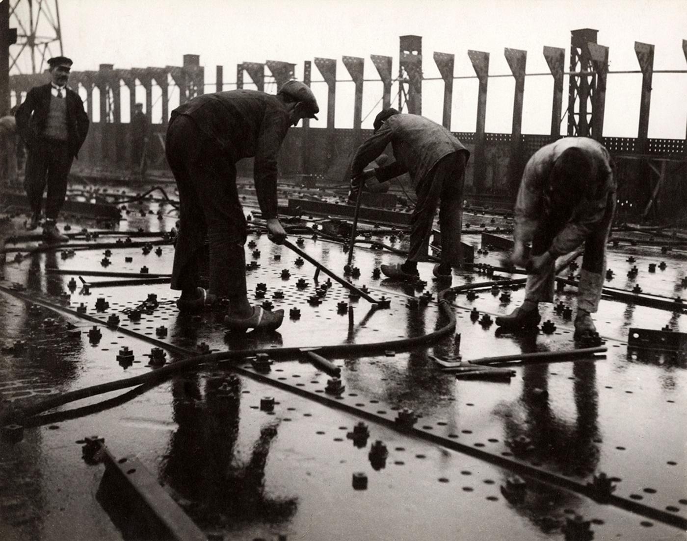 """François Kollar, """"Construction des grands paquebots. Rivetage de tôles d'un pont de navire, chantier et ateliers de Saint-Nazaire à Penhoët"""" (1931–32), 28,9 x 23,5 cm (donation François Kollar, Médiathèque de l'architecture et du patrimoine, Charenton-le-Pont)"""