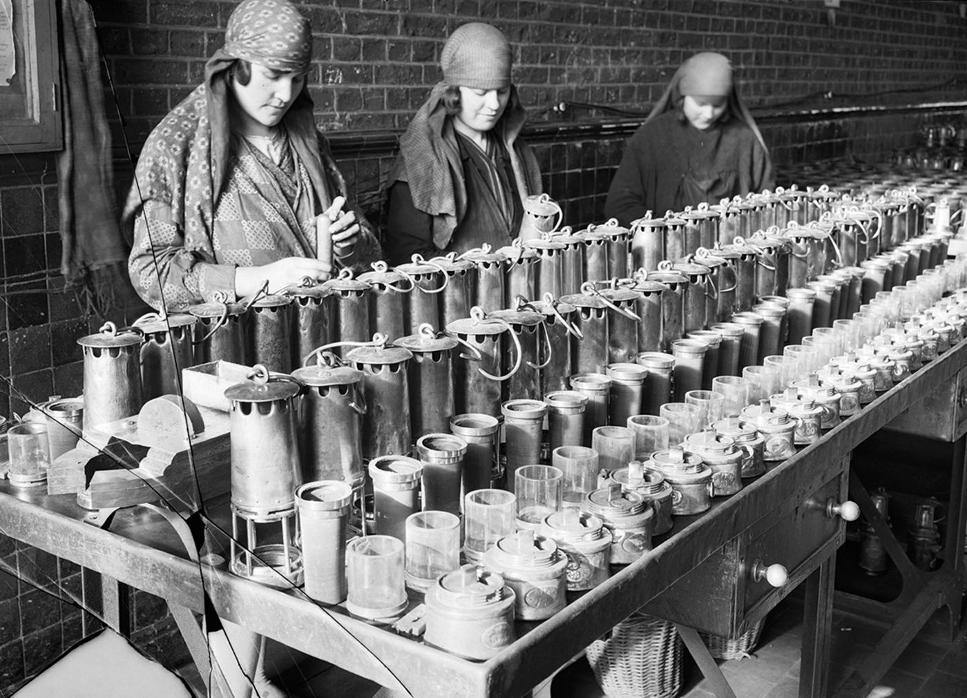"""François Kollar, """"Nettoyage des lampes. Société des mines de Lens, Lens (Pas-de-Calais)"""" (1931–34), 18 x 24 cm (Paris, Bibliothèque Forney; © François Kollar / Bibliothèque Forney / Roger-Viollet)"""