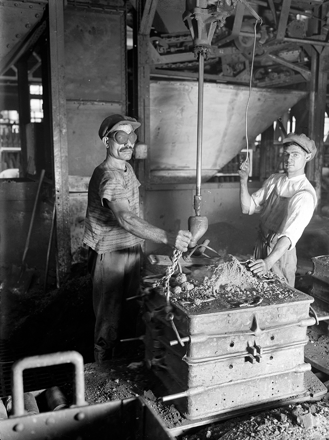 """François Kollar, """"Renault. D'une main l'ouvrier fait tomber le sable. Billancourt (Hauts-de-Seine)"""" (1931–34), 13 x 18 cm (Paris, Bibliothèque Forney; © François Kollar / Bibliothèque Forney / Roger-Viollet)"""