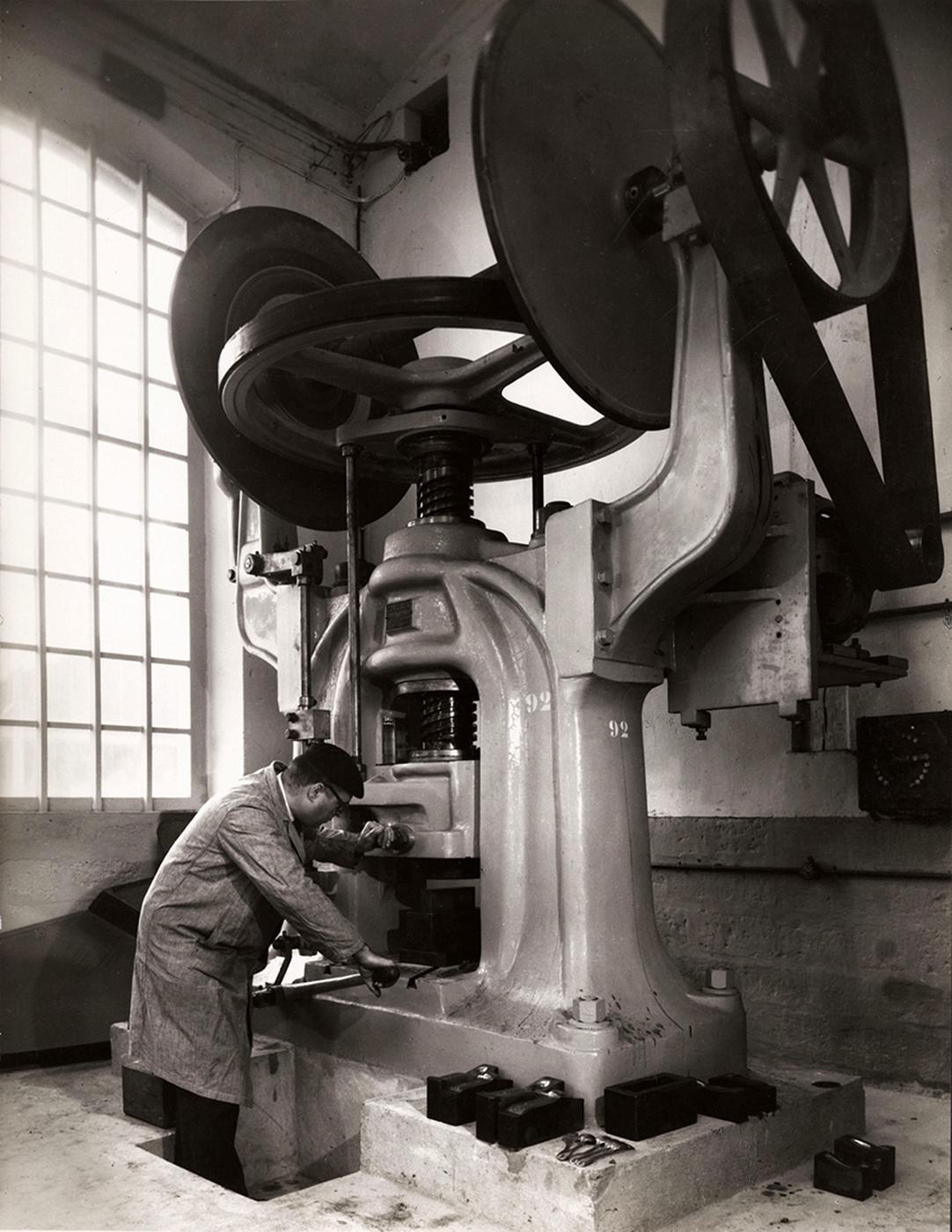"""François Kollar, """"Sans titre [Emboutissage des couverts, usine Christofle, France]"""" (1958), 30 x 21.6 cm (donation François Kollar, Médiathèque de l'architecture et du patrimoine, Charenton-le-Pont)"""