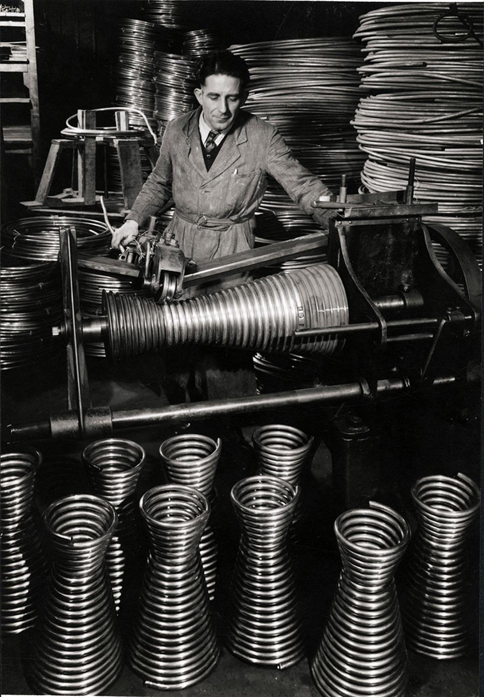 """François Kollar, """"Sans titre [Fabrication de corps de chauffe de chauffe-eau, Usine Brandt, France]"""" (1950s), 13.6 x 8.9 cm (donation François Kollar, Médiathèque de l'architecture et du patrimoine, Charenton-le-Pont)"""