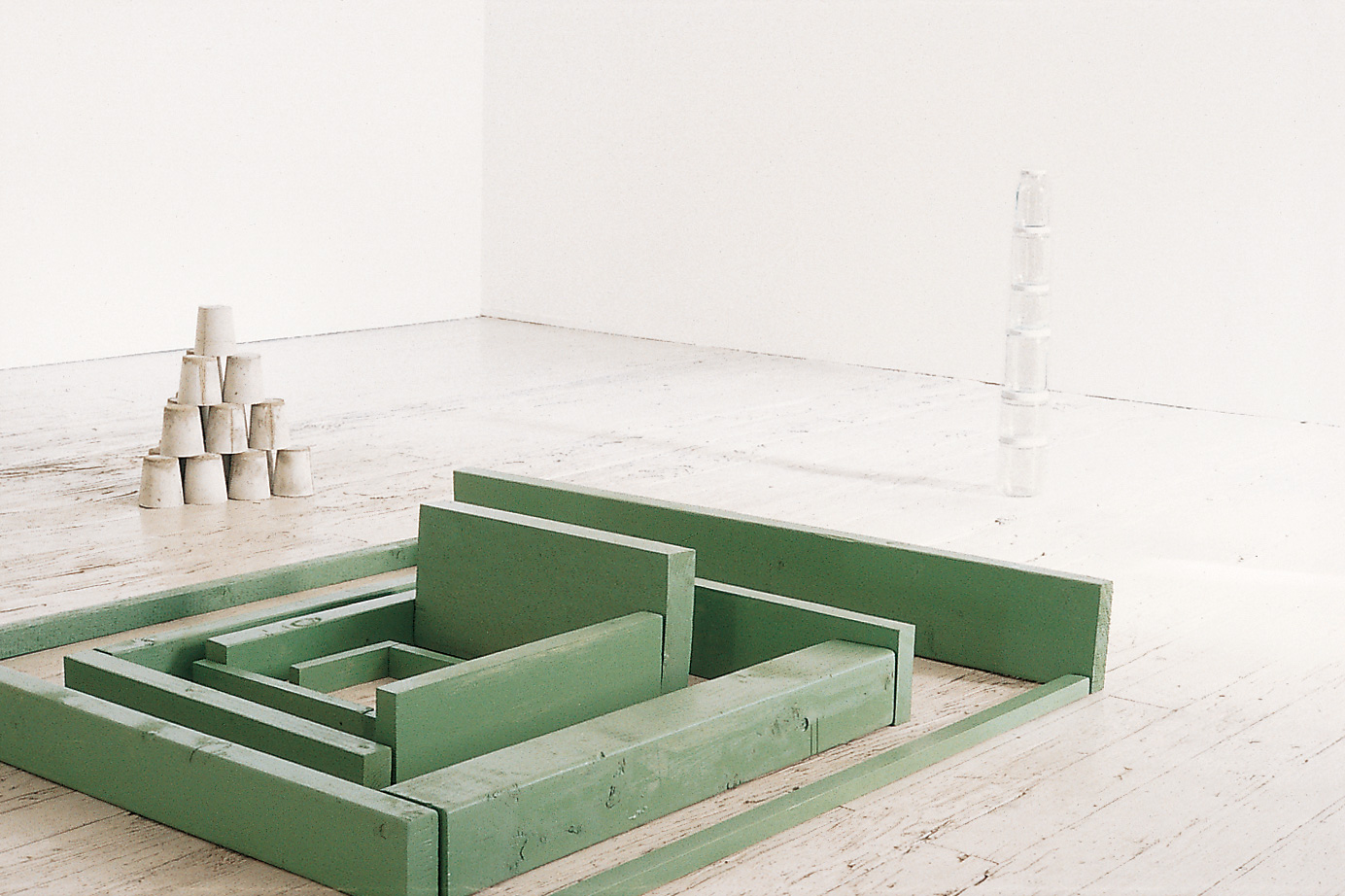 Installation view of Tony Feher at Wooster Gardens (now Sikkema Jenkins & Co.), New York, September 11–October 9, 1993 (© Tony Feher; courtesy of Anthony Meier Fine Art, San Francisco, and Sikkema Jenkins & Co., New York)