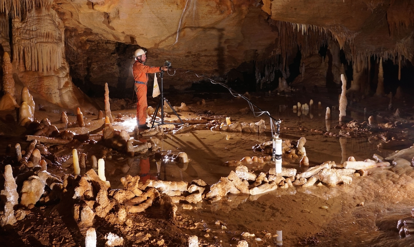 Measuring the Bruniquel Cave for a recent archaeo-magnetic study (© Etienne Fabre – SSAC)