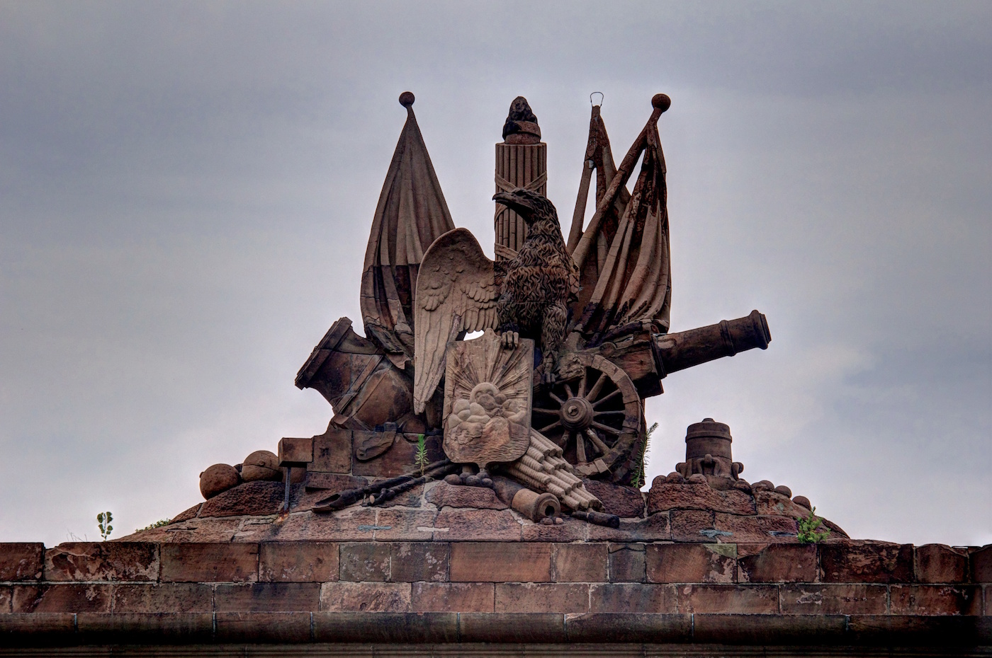 The eagle sculpture on Fort Jay in 2012, prior to Hurricane Sandy (photo by Mike Peel/Wikimedia)