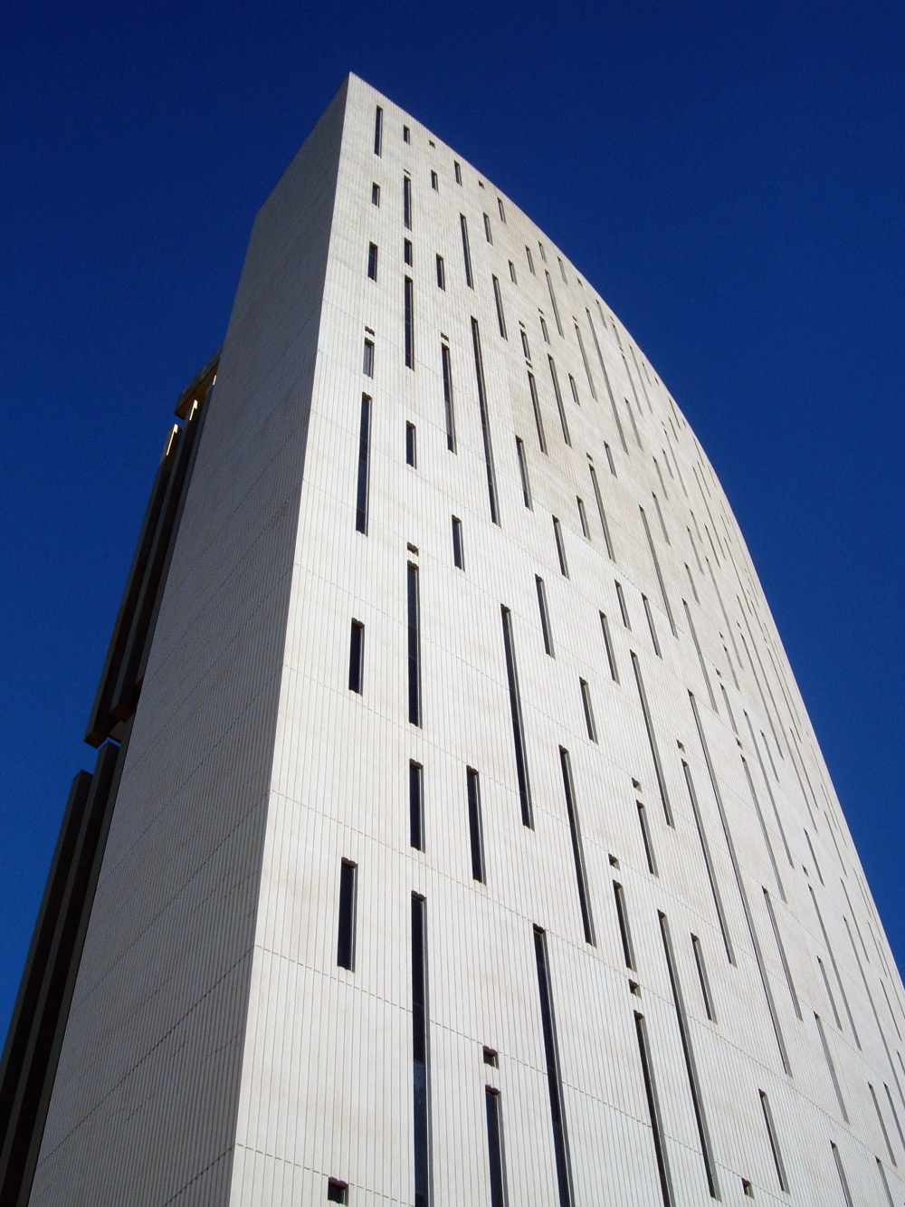 Phoenix Financial Center in Phoenix, Arizona (photo by Ixnayonthetimmay/Wikimedia)