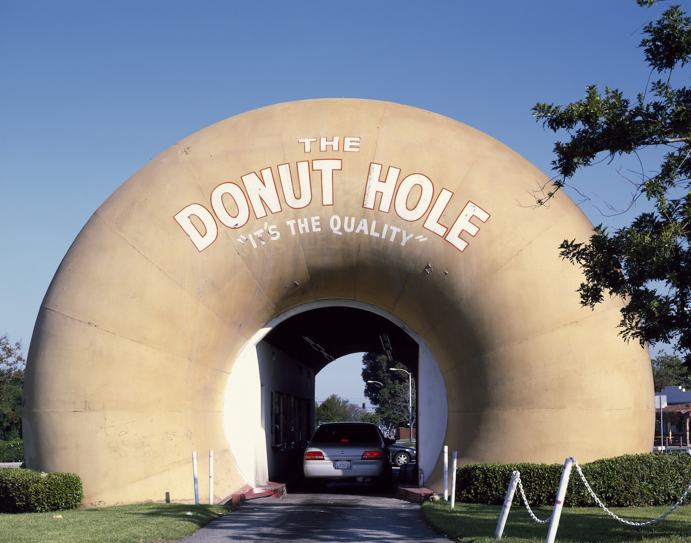The Donut Hole drive-through in La Puente, California (photo by Carol M. Highsmith/Library of Congress)