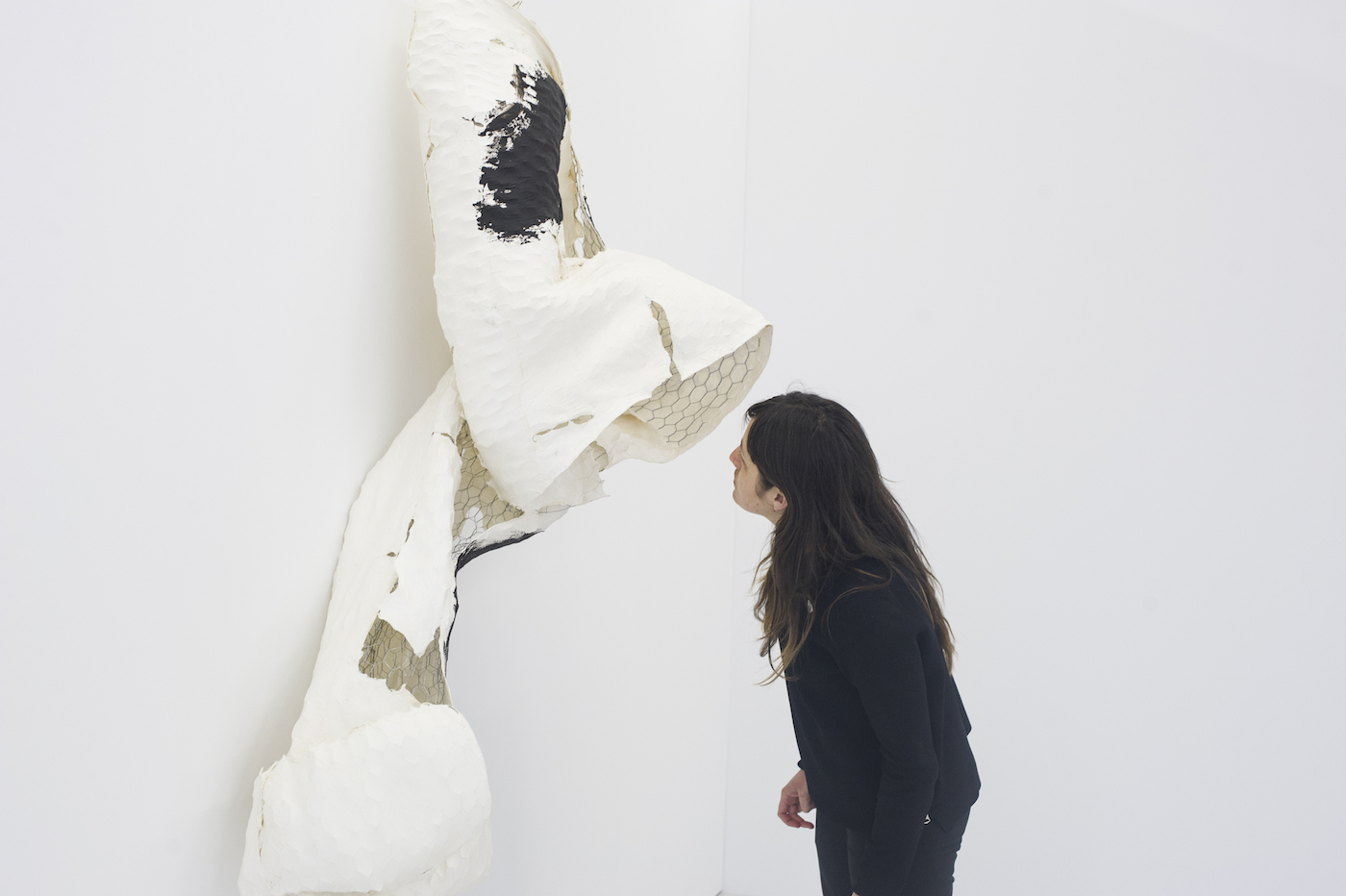 """Lynda Benglis, """"Something Else"""" (2015), handmade paper over chicken wire, coal dust, paint, acrylic, glitter, in 'Double Albatross' at the Kunstgarasjen for Bergen Assembly 2016 (photo by Thor Brødreskift, all photos courtesy Bergen Assembly)"""