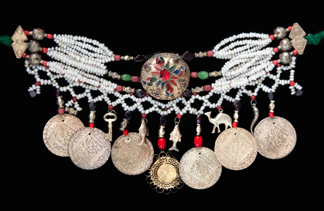 """Moknine, Tunisia, """"Collier tlila orné de perles baroques, pendentifs en argent doré"""" (20th century) (Collection Bouvier © Marc Bouvier)"""