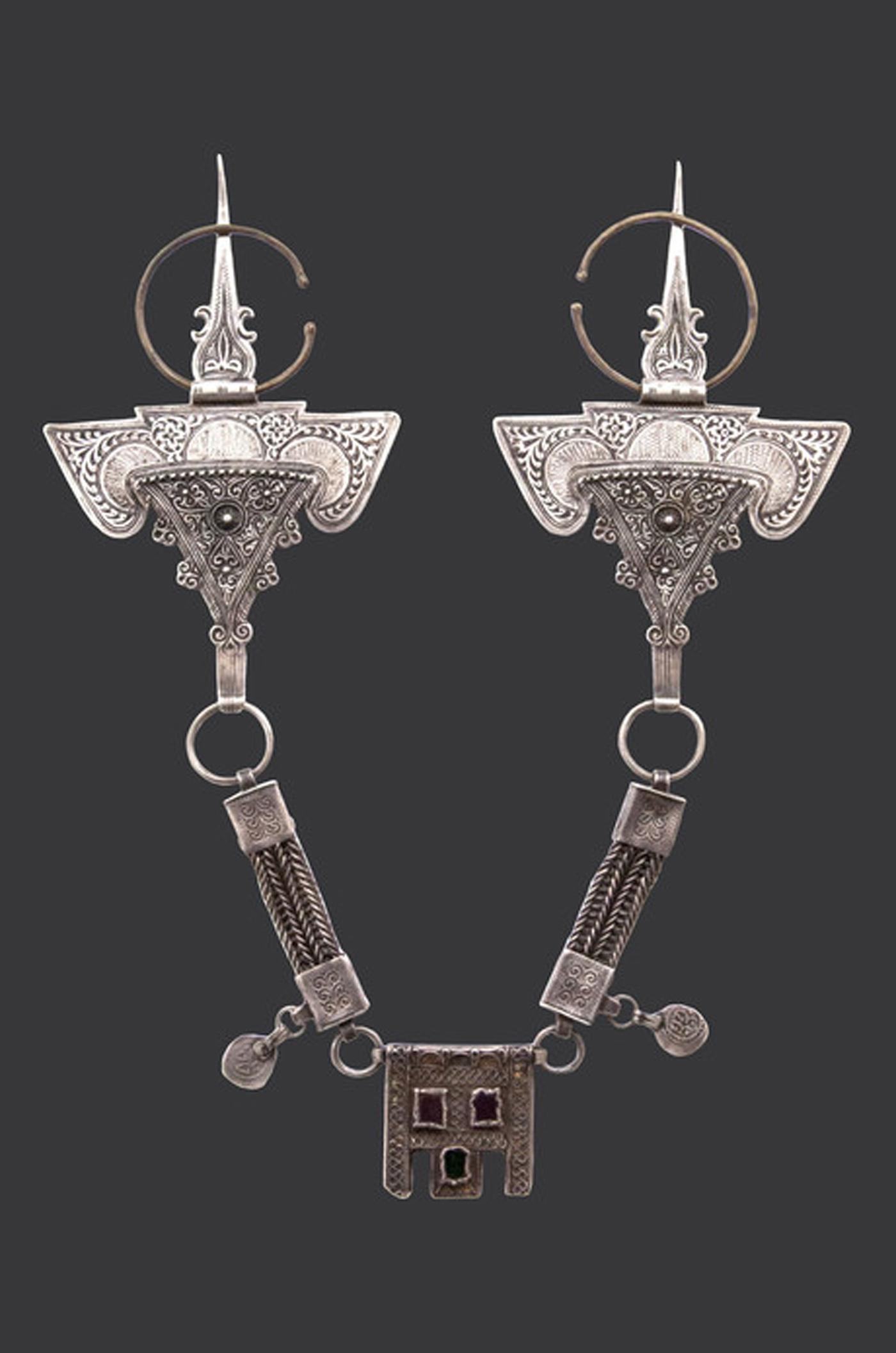 """Haha tribe (high Atlas), Morocco, """"Grandes fibules dites (tête de belier) reliées par des chaînes géminées qui soutiennent une boîte à amulette"""" (18th century) (Collection Bouvier © Marc Bouvier)"""