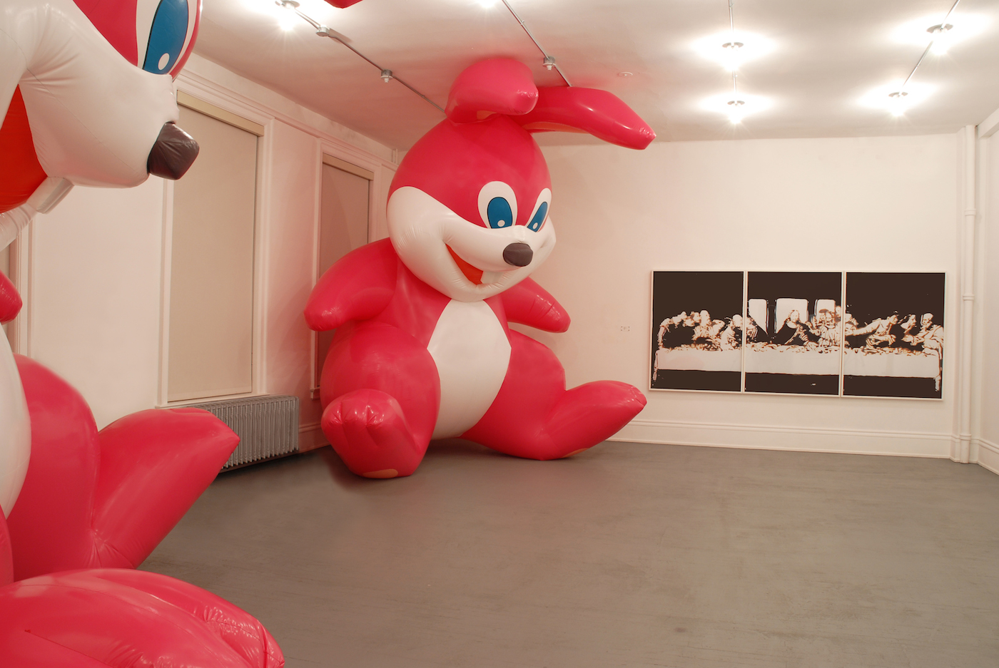 """Momoyo Torimitsu, """"Somehow I Don't Feel Comfortable"""" (2000, left), two rubber inflatable balloons, ventilators, 16 x 10 ft in diameter each and Vik Muniz, """"Milan (Last Supper)"""" (right), Cibachrome, 3 panels, 48 x 60 in each (all photos courtesy the Dikeou Collection, Denver)"""