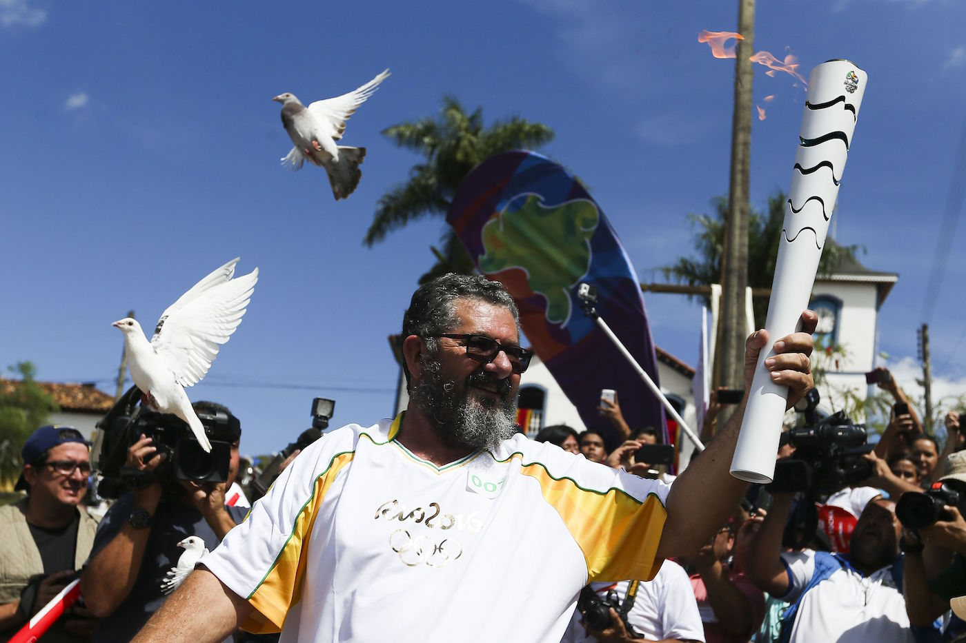 The Olympic torch relay for Rio 2016 in Corumbá de Goiás (photo by Marcelo Camargo/Agência Brasil, via Wikimedia)