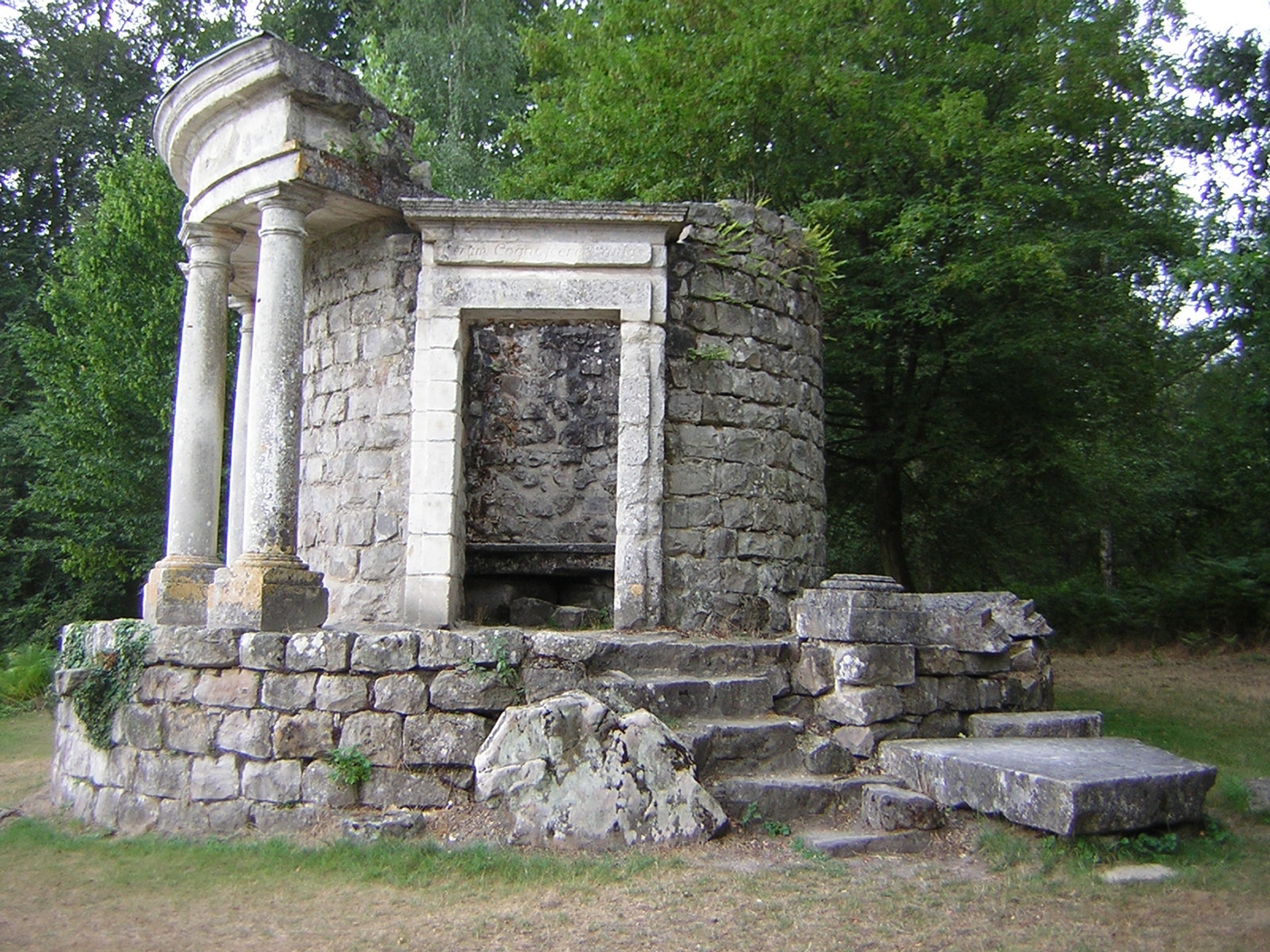 The Temple of Philosophy at Ermenonville. (Image via Wikimedia Commons)