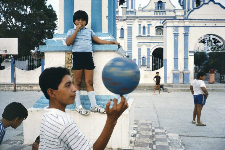 Alex Webb, Tehuantepec, Oaxaca, 1985; from Alex Webb: La Calle (Aperture/Televisa Foundation, 2016)