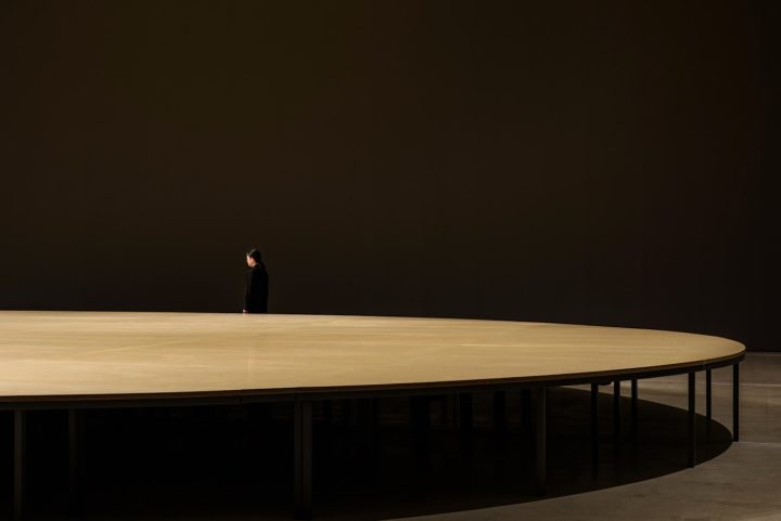 """Kimsooja, """"Archive of Mind"""" (2016), installation view with sound performance """"Unfolding Sphere"""" (image courtesy of the National Museum of Modern and Contemporary Art (MMCA) and Hyundai Motor Co.; photo by Jeon Byung Cheol)"""
