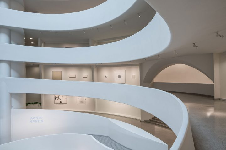 Installationview, Agnes Martin, Solomon R. Guggenheim Museum, New York, October 7, 2016–January 11, 2017 (photo by David Heald, © Solomon R. Guggenheim Foundation)