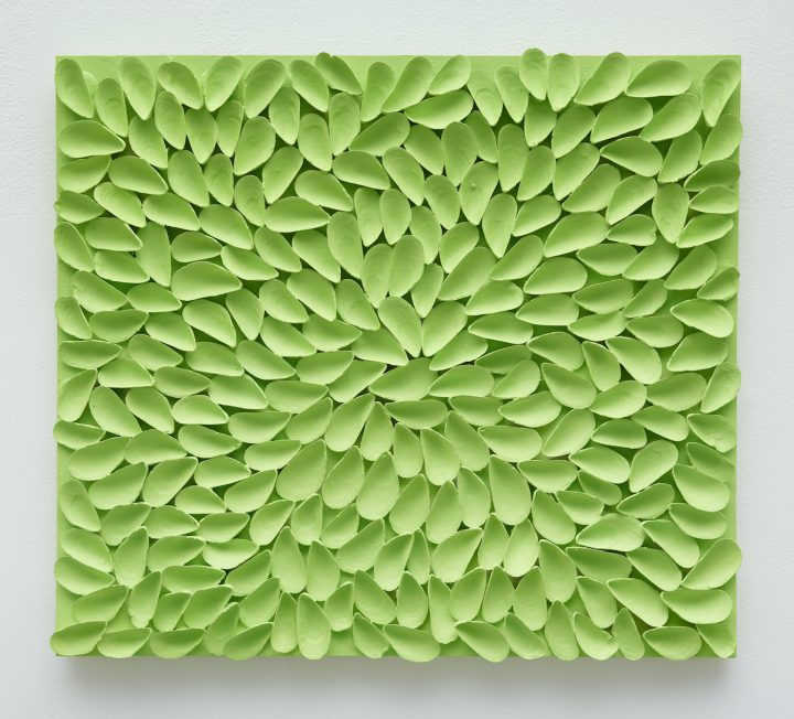 """Tony Feher, """"It didn't turn out the way I expected (Brilliant Yellow Green)"""" (2010–16), acrylic and mussel shells on plywood, 20 x 22.5 x 1 in (© Estate of Tony Feher, courtesy Sikkema Jenkins & Co., New York; photo by Jason Wyche)"""