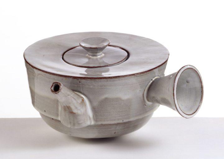 "Theodor Bogler, ""Teapot with Handle"" (1923), stoneware (© Klassik Stiftung)"