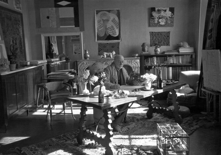 The Eclectic Objects that Inspired Matisse 's Art Artes & contextos 26. Matisse with his collection of Kuba cloths and a Samoan tapa on the wall behind him Henri Cartier Bresson 0
