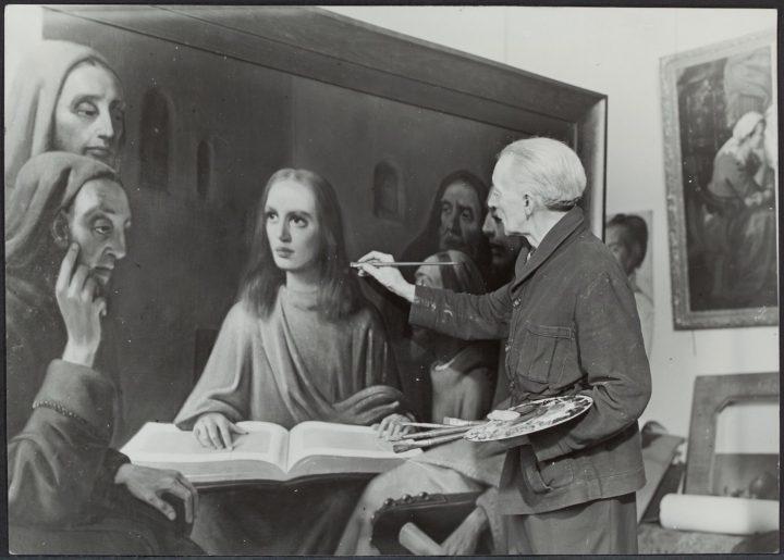 Han van Meegeren posed painting a fake Vermeer (October 1945) (via GaHetNa (Natiionaal Archief NL)/Wikimedia)