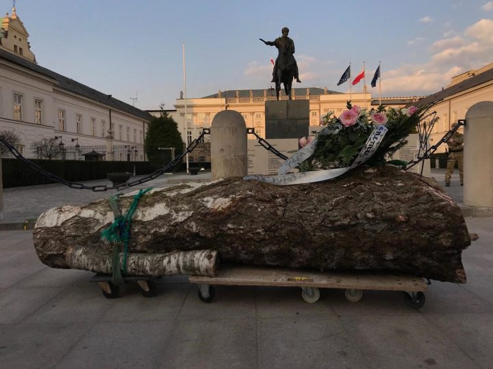 Pawel Althamer's sculpture for Lech Kaczyński in front of the Presidential Palace in Warsaw, Poland (photo courtesy Sebastian Cichocki)