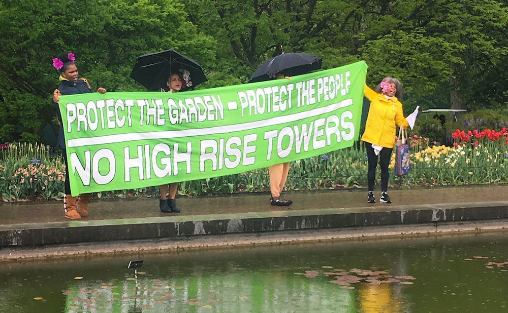 Protesters at the Brooklyn Botanic Garden (all photos by the author for Hyperallergic)