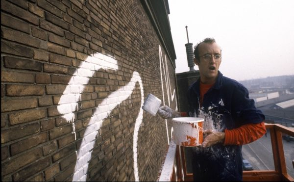 Keith Haring working on his Amsterdam mural in 1986 (photo by Patricia Steur, courtesy the Stedelijk Museum)