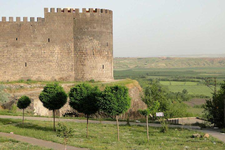City wall and battlements in Diyarbakir, Turkey (image via Wikipedia Commons)