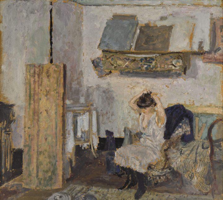"""Édouard Vuillard, """"Modèle assise dans un fauteuil, se coiffant"""" (c.1903), oil on board, 61 x 67 cm (image courtesy Pallant House Gallery)"""