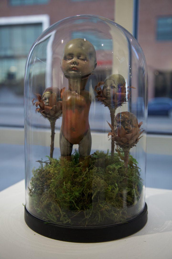 Uma obra em barro de Marie EvB Gibbons da colecção privada dos seus filhos, na Plinth Gallery, em Denver