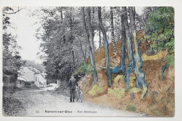 "Postal ""Rue Daubigny, Auvers-sur-Oise"" sobreposto com partes da pintura ""Tree Roots"" (1890) de Vincent van Gogh (©arthénon)"
