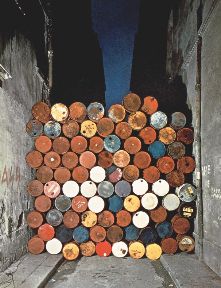 Christo Mur provisoire de tonneaux metalliques rue Visconti