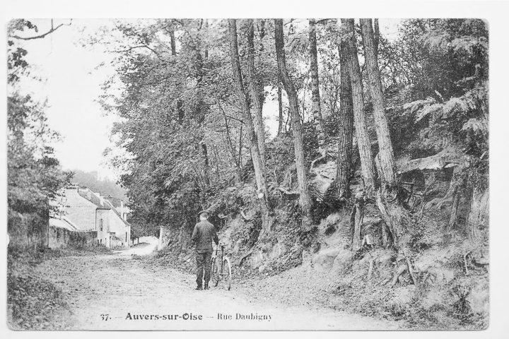 """Postal """"Rue Daubigny, Auvers-sur-Oise"""" no qual, a pintura """"Tree Roots"""" (1890) de Van Gogh foi reconhecida, em escala cinza, 1900-1910 (©arthénon)"""